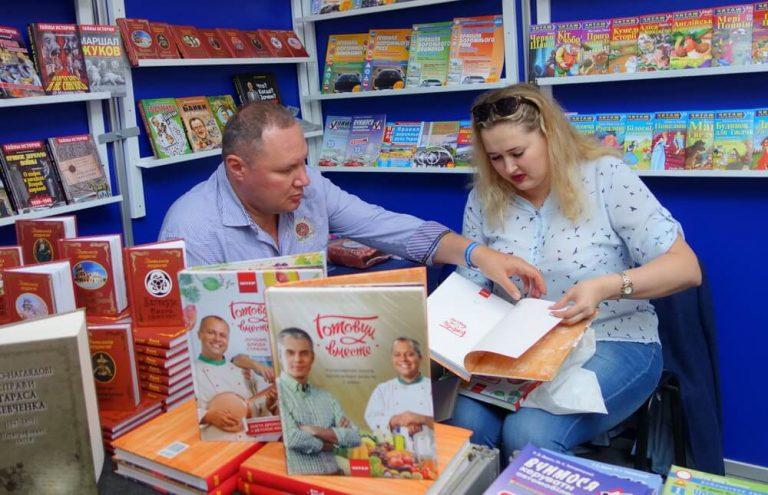Е. Минакова на стенде издательства «Арий»